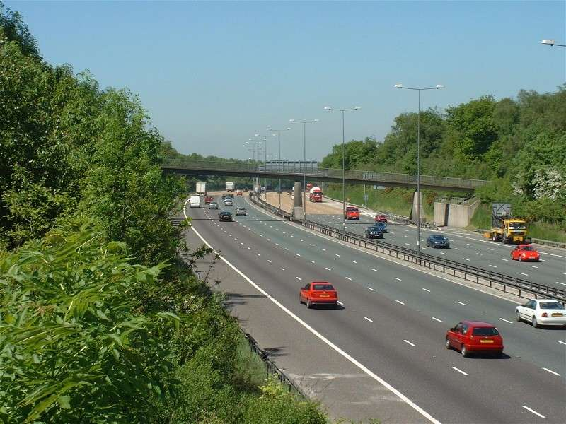 File:A sunny and jam free M25 near Reigate - Coppermine - 2534.jpg
