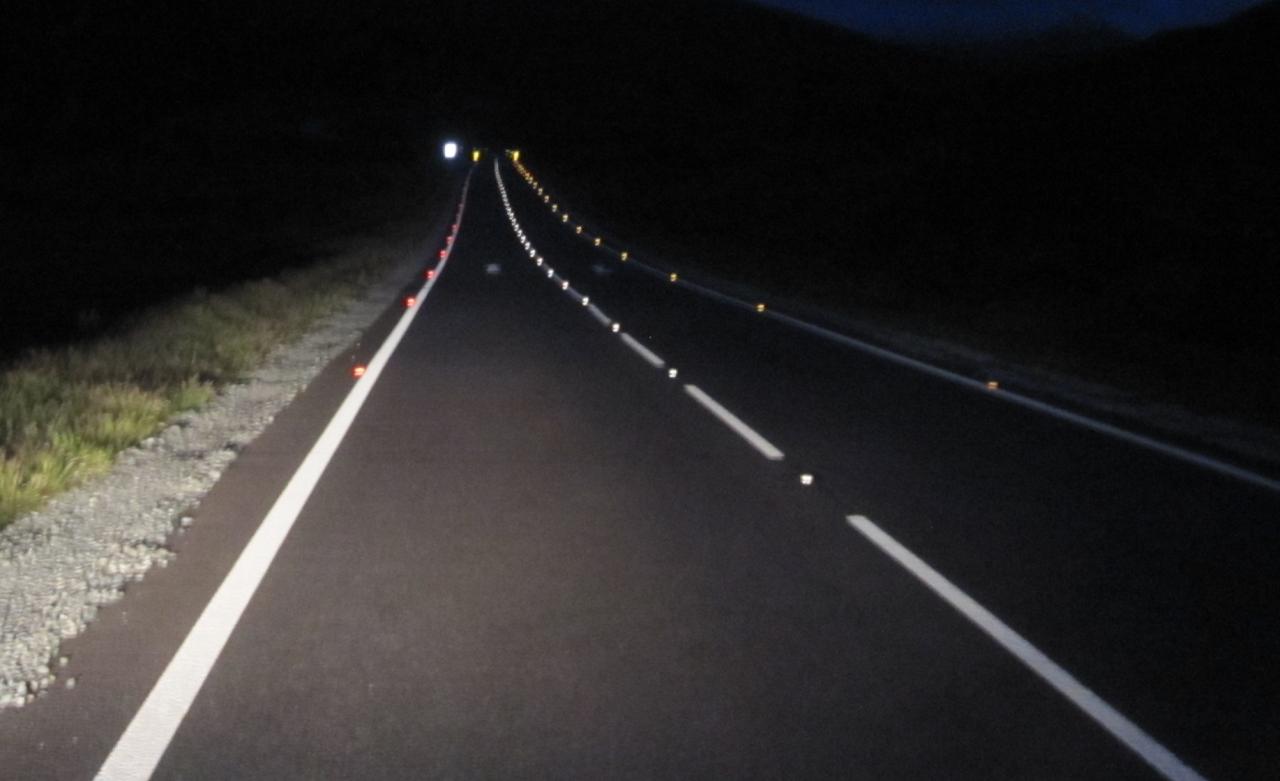File Road Studs At Night Jpg Roader S Digest The Sabre Wiki