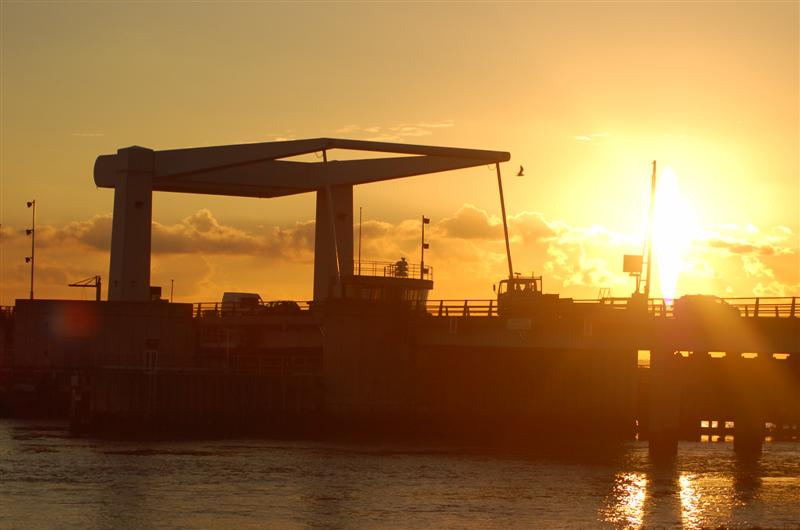 File:Breydon Bridge at sunset - Coppermine - 8901.JPG