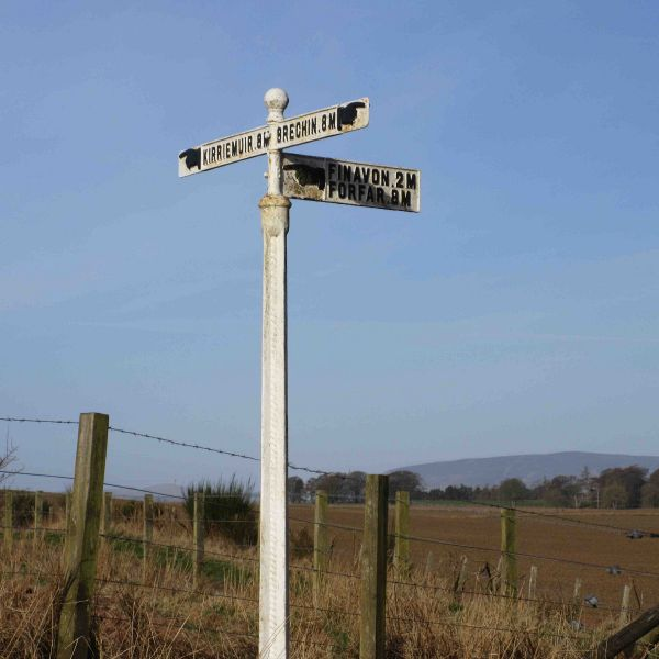 File:C31 (Angus) Fingerpost at Wellford.jpg