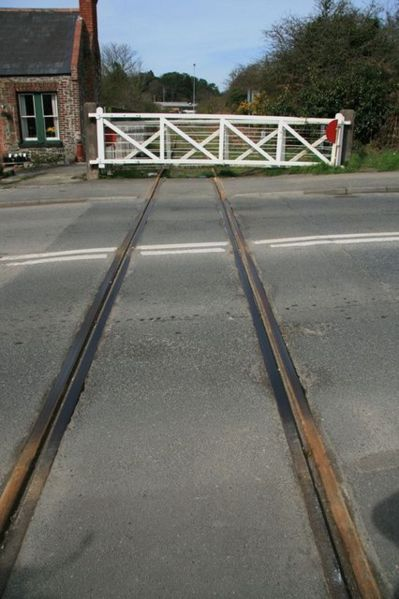 File:Level crossing at Par - Geograph - 1218137.jpg