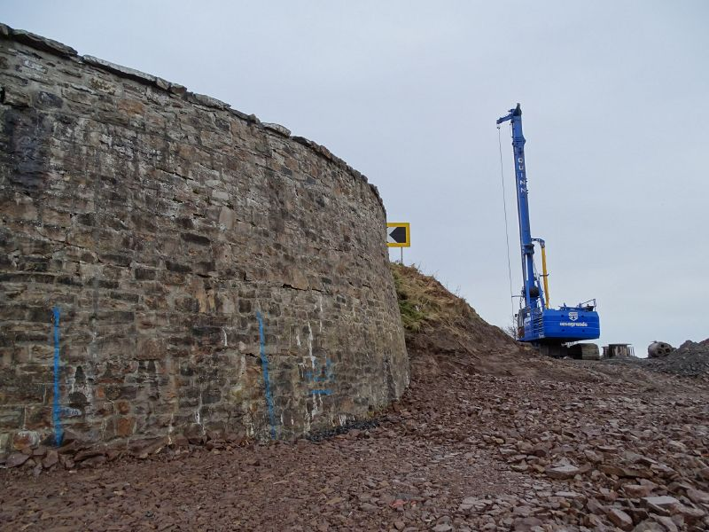 File:A9 Berriedale Braes Improvement - November 2019 piling rig and retaining wall.jpg