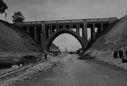 Parabolic-arch-concrete-bridge-carrying-alresford-road-over-winchester-bypass.jpg